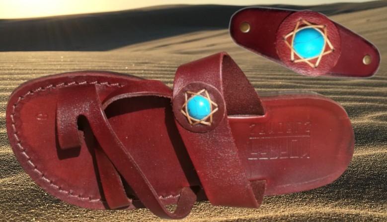 Ornamentik von Sandalen mit dekorativen Steinen
